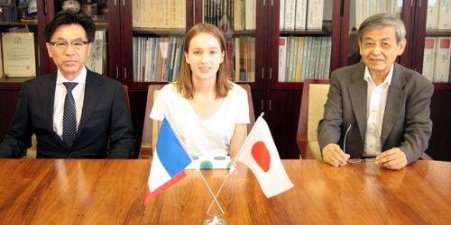 日本学術振興会外国人特別研究員サマー・プログラムによる招へい研究員が学部長を表敬訪問しました