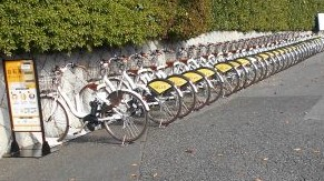 大宮キャンパスの日大前バス停にシェアサイクルポートが設置されました。